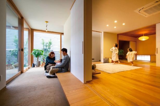 左官仕上げが家中に施され、美しい空間が広がります。土、木、石……光の当たり方で表情が変わり、その奥深い質感、細やかな陰影は、ゆるやかな時間を楽しみ、季節の移り変わりに寄り添う暮らしを実現。おだやかで豊かな人間性を育む家です