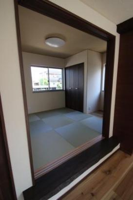 一段上がった和室。無垢の一枚板を使用した框部分は、まるでベンチの様。