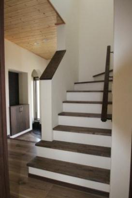 踏み板だけに濃い色の板を使用。シックな階段になりました。
