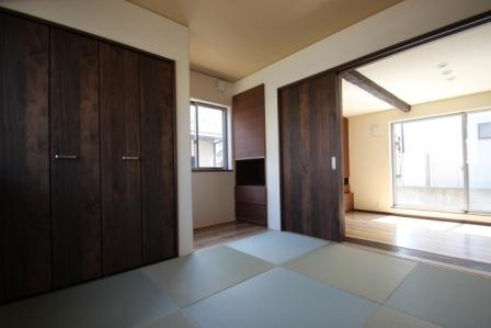 収納たっぶりの和室。建具で間仕切って立派な客間になります。