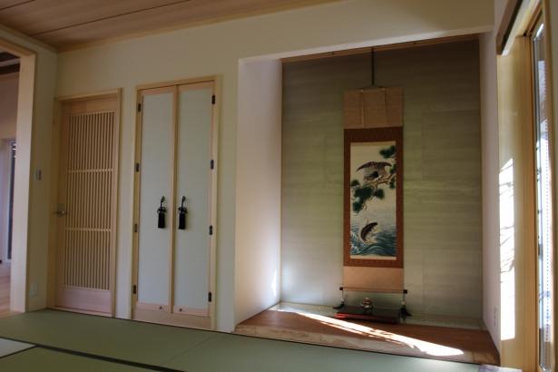 和紙を貼った床の間。欅の一枚板を床板に使用。