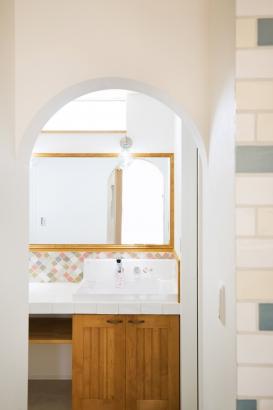 リビングからちらりと見える造作洗面台がかわいいです。