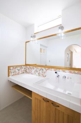 既製品の洗面ボールとオリジナルの扉やタイルを組み合わせた世界に一つの洗面台。