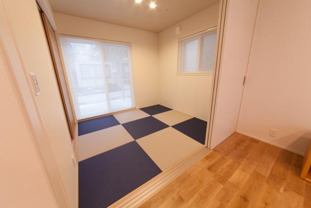 リビングと一体となった和室は、紺色と灰桜色の和紙畳敷きとしました