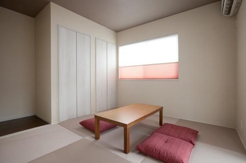 リビングに隣接した畳コーナー。湿度調節機能のある収納はインテリアに合わせ洋風に。
