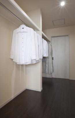 寝室横のウォークインクローゼットからは予備室に通り抜けられるようになっています。