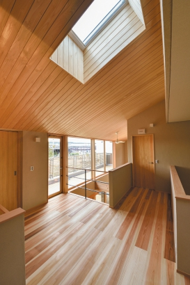 床も天井も無垢材で、五感で木の温もりが感じられる。
