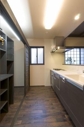 造作の食器棚や冷蔵庫は、扉を閉めてスッキリと隠せる。
