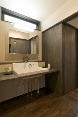 洗面化粧台は、浴室や脱衣室と離した。家族が入浴中でも、気兼ねなく利用できる。