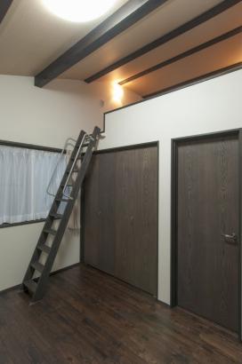 2つの子ども部屋は、どちらもクローゼット上部がロフトになっている。