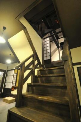 階段を半階上がると、中二階に囲炉裏の間がある。