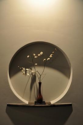 玄関を入るとこんな趣。モノトーンの空間に一輪挿しが花を添える。