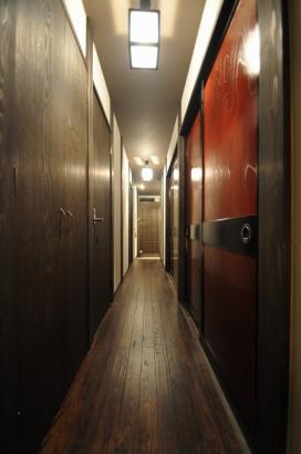玄関から寝室まで長い廊下が続く。左が水まわりや物干しスペース、右が和室になっている。