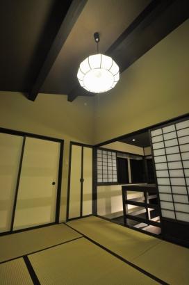 キャットウォークから一段上がった畳の寝室。勾配天井の開放感が心地いい。