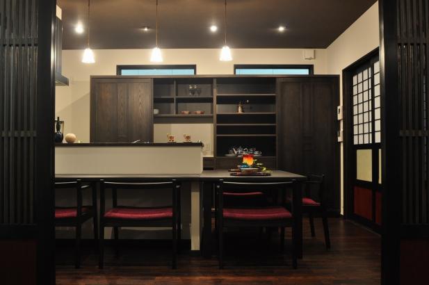 使い勝手のいい対面式オリジナルキッチン、たっぷりの収納、水まわりに続くスムーズな家事動線。奥様のお気に入りスペースだ。