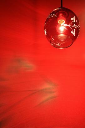 トイレの雰囲気づくりも手抜きなし。赤い照明がアクセントだ。