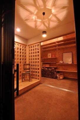 玄関から眺めた吹き抜けの収納スペース。奥に進むと土間庭やテラスにつながる。