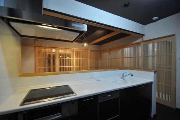 キッチンと和室は、8枚の建具を閉めると独立した空間になる。