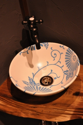縁起のよいとされる図柄の吉祥文様をあしらった手洗鉢