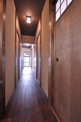 玄関から直線の長い廊下が突き抜けている