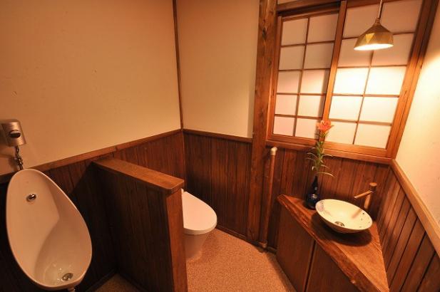 わらすさ入りの塗り壁で懐かしい雰囲気のトイレ