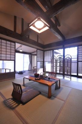 中庭や裏庭と接した畳敷きの居間