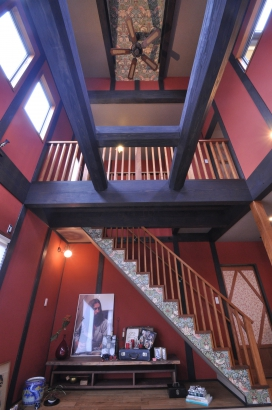 階段のササラとドーマーの天井にはイギリスの壁紙をポイントに