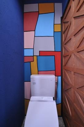 トイレの壁には陶芸家の香田氏がペイントした壁紙