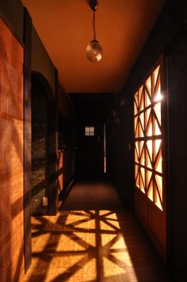夜の玄関ホール