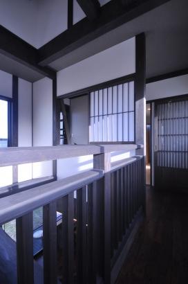 吹抜を通り抜ける渡り廊下の向こうには、畳の間の寝室へ