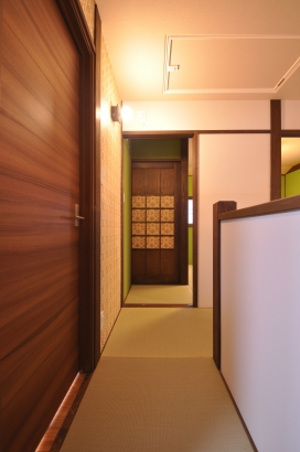 2階の畳の廊下から寝室へ
