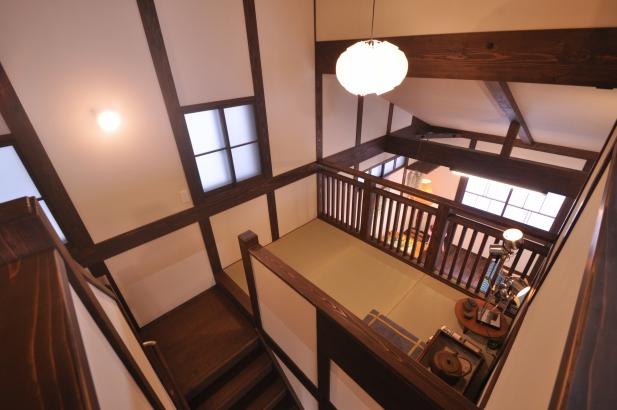 2階からの眺め。中2階の畳の間の向こうにはリビング