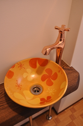レトロなデザインの手洗い鉢