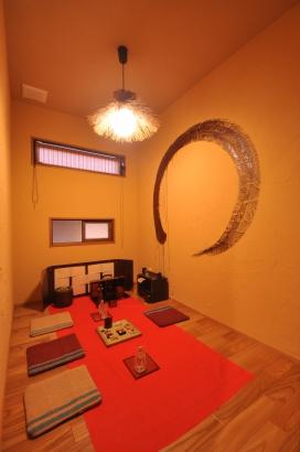 2階にある掛場をイメージしたご主人の隠れ家書斎。漆の円相が大胆に描かれてます。