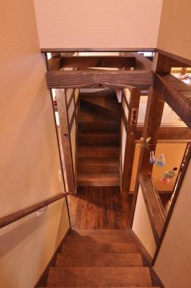 正面の階段は大あがり食堂へ。階段が2つある面白さ。