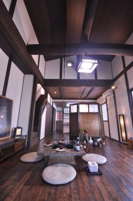 リビング天井は丸太に勾配天井、ダイニングとの天井高さの違いを設けて変化をつけています。