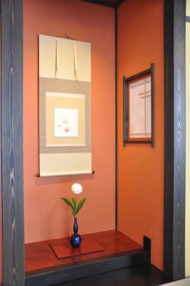 客室の床の間には朱色の和紙。床板もベンガラ色で懐かしい雰囲気です。