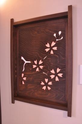 客室と玄関の間の小窓。桜のデザインはご主人のお母さまのデザインです。