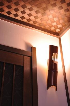 客間の入り口には竹でできた漆塗りの照明