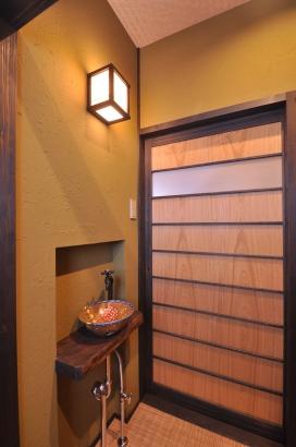 時代劇に出てきそうな建具。白木と鶯色の塗り壁が温かみがあります。