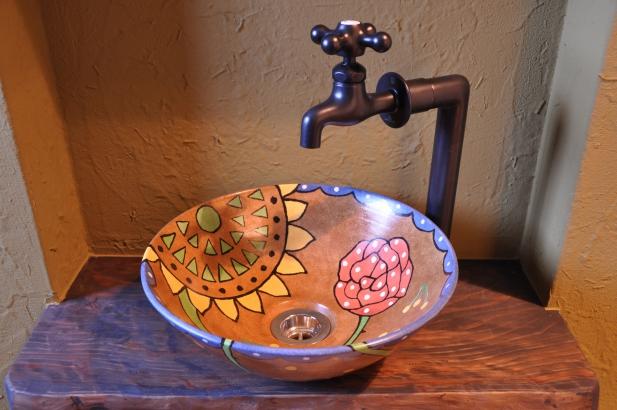 奥様デザインの独創的な手洗い鉢。和の空間のトイレにも似合います。