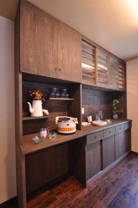 隠す場所と飾る場所で使い分ける大容量の造作食器棚