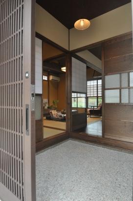 居間つながりの客間。市松の襖紙の押入れがレトロさを増しています。