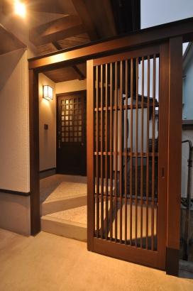 外玄関には門のような構えの簀戸