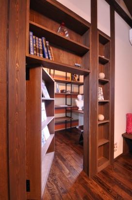 隠し扉の向こうには、本当の隠れ家書斎。秘密基地への入り口。