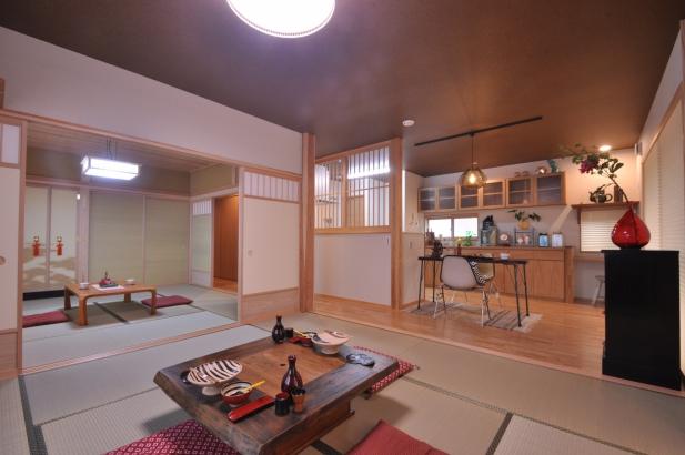 続き間で使いやすい居間と客間。