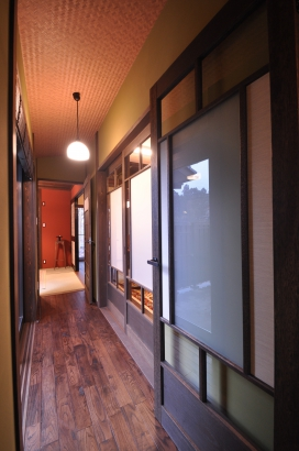 渡り廊下の向こうには朱塗りの壁の客間。
