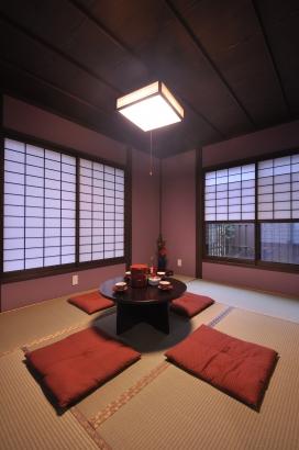 紫の塗り壁は奥様好み。しっとりとした寝室です。