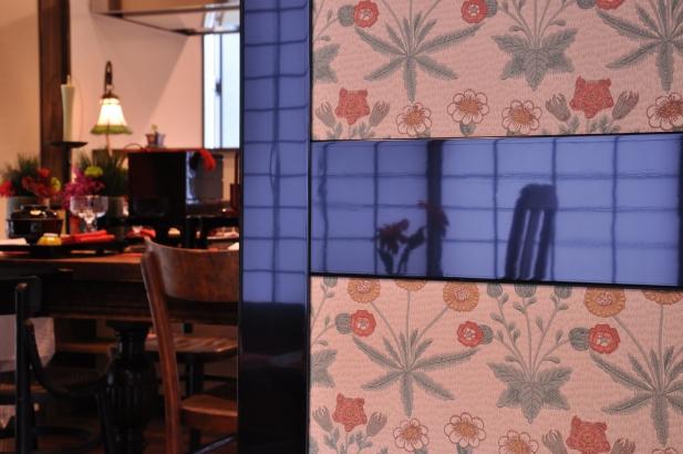 帯戸にはイギリスの壁紙で懐かしくレトロな空間を演出。