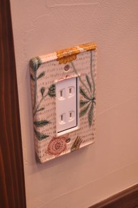 かわいい絵柄のコンセントプレート。モチーフは帯戸に使用したイギリスの壁紙。